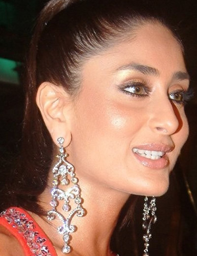 Kareena Kapoor wearing a beautiful long chandelier earring