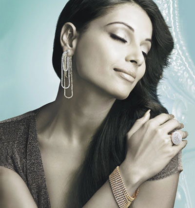 Bipasha Basu wearing an Elegant and beautiful silver dangle earring