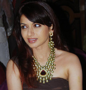 Actress Bhagyashree wearing a beautiful kundan necklace with matching earring