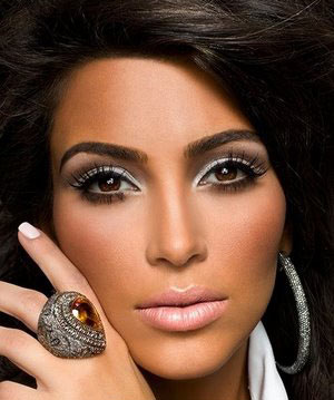 Kim kardashia with a beautiful antique look ring