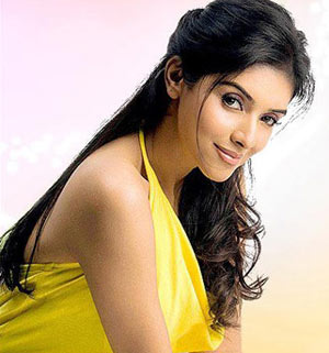 Asin with straight hair and slight curls at the tip